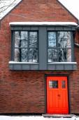 Fotografie Schickes modernes Gebäude mit roten Tür und Fenster