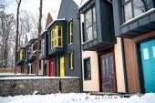 Fotografie Luxusní moderní domy se sněhem na zemi nedaleko stromy