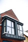 Detail luxusní dům s okny v zimě