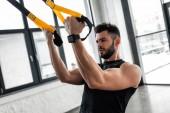 sportos izmos fiatalember sportruházat képzés edzőteremben felfüggesztés pántokkal
