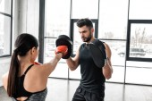 Fotografie mladý sportovní pár boxu a trénink v tělocvičně