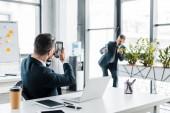 Selektivní fokus podnikatel hovoří Foto spolupracovníka v moderní kanceláři