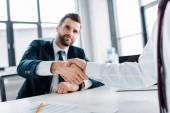 Selektivní fokus handshake podnikatelů v moderní kanceláři