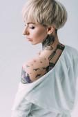 Fényképek vonzó nő, és vissza állandó elszigetelt, a szürke a tetoválás