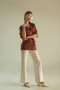 vintage giyim üzerine bej poz çekici moda kadın