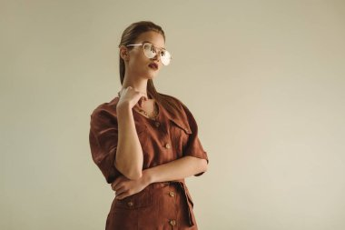 trendy vintage giyim moda için poz güzel genç kadın ateş üzerinde izole bej