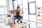 männliche Designer gestikulieren mit Händen während mit virtuellen Realität erleben Sie in Loftbüro mit Textfreiraum