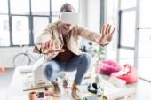 Fotografie selektiven Fokus der männlichen Designer gestikulieren mit Händen während mit virtueller Realität in Loftbüro erleben