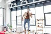 männliche Architekt gestikulieren mit den Händen während mit virtuellen Realität erleben Sie in Loftbüro mit Textfreiraum