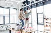 weibliche und männliche Designer erleben gestikulieren mit den Händen und mit virtueller Realität in Loftbüro mit kopieren Raum