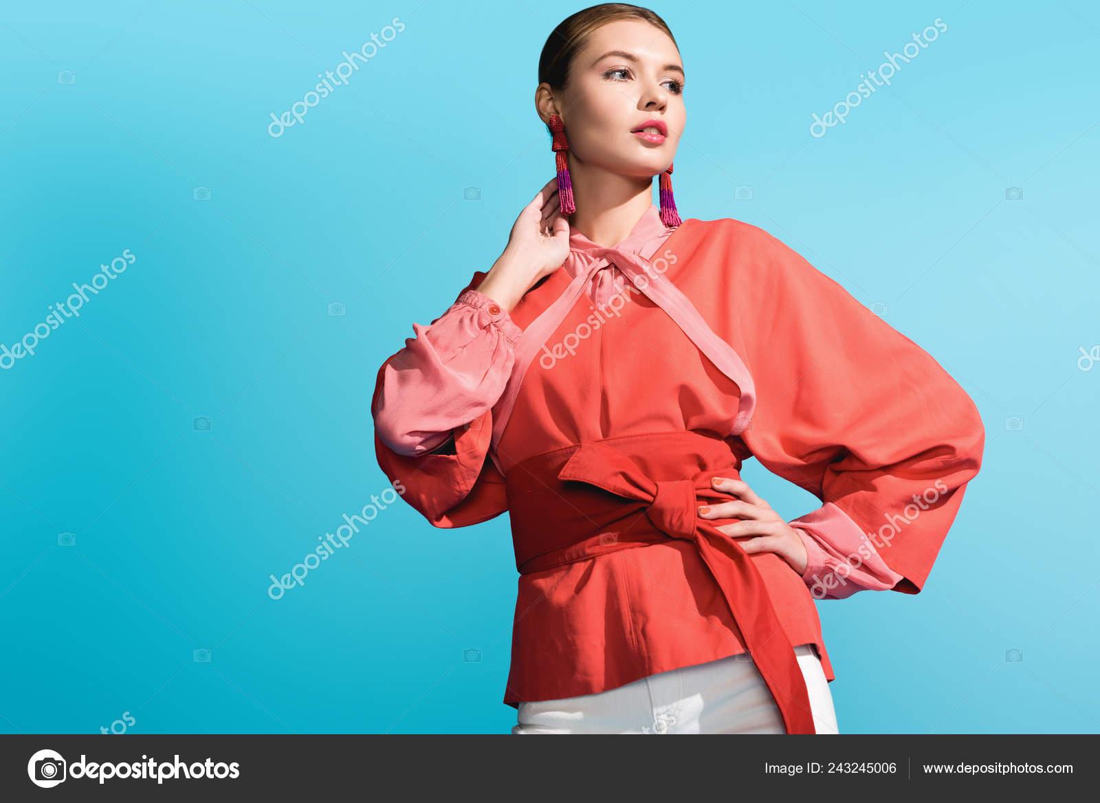 new products a65d2 fb0ad Attraente Ragazza Alla Moda Che Propone Tendenza Living ...