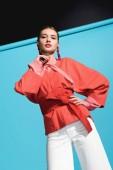 krásný módní model žije trendy korálové oblečení suport na modré