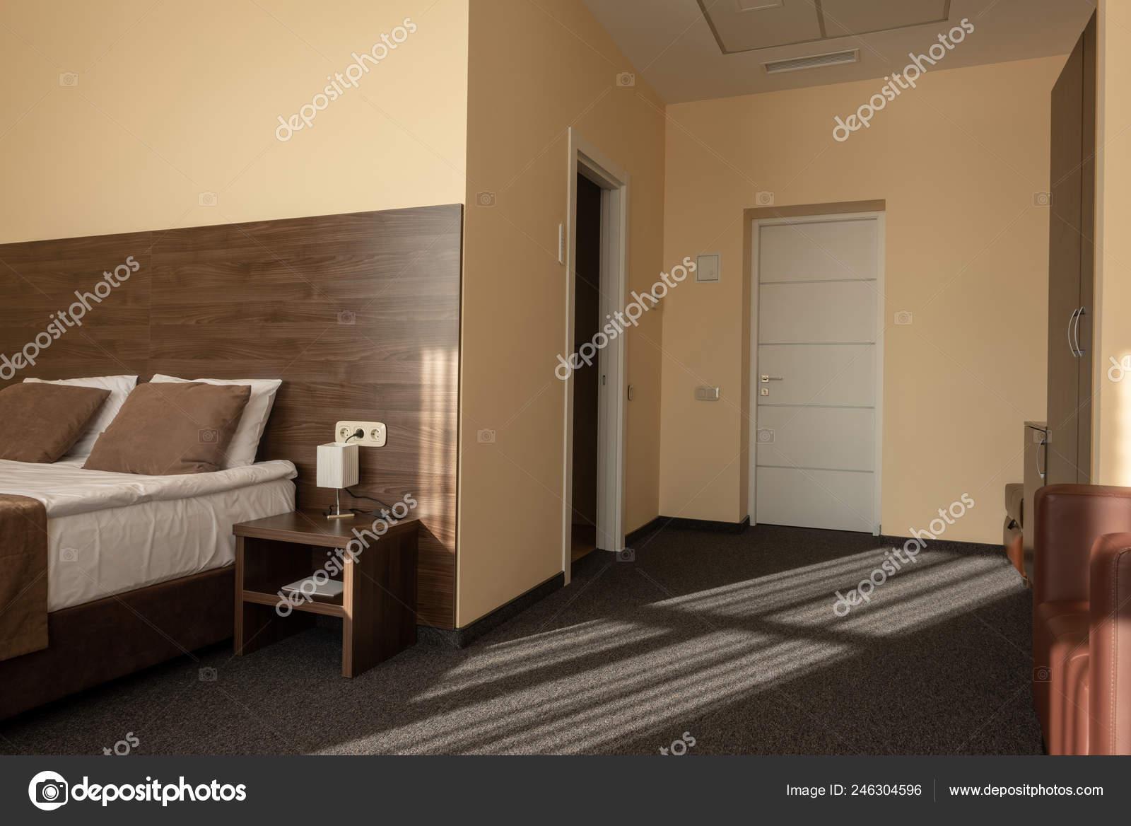 Modernes Interieur Schlafzimmer Mit Bett Brauner Farbe ...
