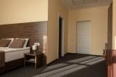 Fotografia interno dellhotel moderno camera da letto con letto in colore marrone