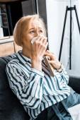 Fotografie traurige senior Frau Gesicht von Tränen mit einem Tuch abwischen und Weinen Bilderrahmen mit gedrückter