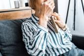 Fotografie verkürzte Ansicht senior Frau Gesicht von Tränen mit einem Tuch abwischen und Weinen Bilderrahmen mit gedrückter