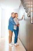 usmívající se manžel pÛdû manželka pomocí inteligentních domů ovládacích panelů
