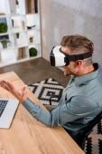 Geschäftsmann trägt Virtual-Reality-Headset im Büro