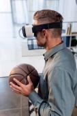 Fotografie Geschäftsmann, virtual-Reality-Kopfhörer trägt und hält basketball