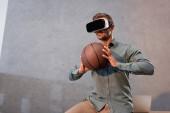 Fotografie Geschäftsmann in virtual-Reality-Kopfhörer halten Basketball im Büro
