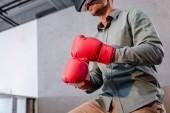Fotografie Ansicht des Geschäftsmannes tragen von virtual-Reality-Kopfhörer und Boxhandschuhe im Büro beschnitten