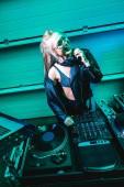 mosolygó nő dj fejhallgató állandó berendezés Nightclub közelében