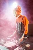 szőke dj lány megható állva közelében nightclub füst laptop dj felszerelés