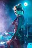 gyönyörű dj nő, szőke haj, zene és gazdaság fejhallgató nightclub füst