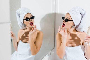 """Картина, постер, плакат, фотообои """"избирательное внимание привлекательной женщины в солнцезащитных очках и полотенцах, держащей бокал шампанского и смотрящей в зеркало зеркало раме зеркала настенное круглые круглое прованс"""", артикул 250920566"""