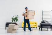 hybatele v uniformním nošení kartonové krabice v moderním bytě