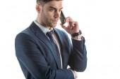 szép, komoly üzletember beszél okostelefon elszigetelt fehér