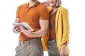částečný pohled na ženu stojící poblíž člověka s digitálním tabletovým perem izolovaným na bílém