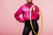 Ausgeschnittene Ansicht einer afrikanisch-amerikanischen Sportlerin, die mit Hula-Hoop-Reifen isoliert auf rosa posiert