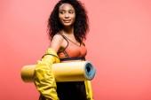 szép afro-amerikai sportoló sport mat elszigetelt másol hely a coral holding