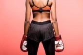 vissza az afro-amerikai sportoló, a boksz-kesztyűket elszigetelt coral view
