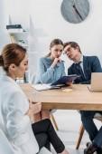 Selektiver Fokus der Rekruten, die während des Vorstellungsgesprächs in der Nähe von Frau sprechen