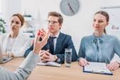 Selektiver Fokus der weiblichen Handgetik in nahem Recruiterin während eines Vorstellungsgesprächs