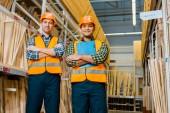 Fotografia allegri lavoratori multiculturali con le braccia incrociate sorridente e guardando la macchina fotografica