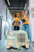 multikulturális raktári munkások sisakban és biztonsági