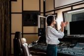 Fényképek vonzó hang producer tapsolt a stúdióban közelében keverő konzol