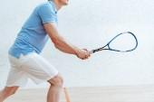 Ostříhané zobrazení sportovce na modrém pólu v košili ve sportovním centru