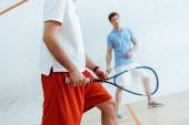 Vágott kilátás squash játékos ütők a négyfalú bíróság