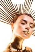 meztelen szép fiatal nőt festett arany tartozékkal a fejét és a zárt szemek izolált fehér