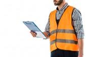 částečný pohled na stavební pracovník v bezpečnostní vestě holdingová schránka izolovaná na bílém