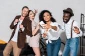 boldog afro-amerikai lány vesz selfie barátokkal gazdaság pezsgőszemüveg