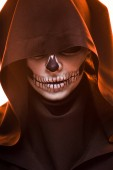 Fotografia woman with skull makeup in black death costume