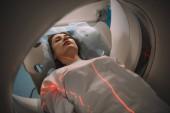 Fényképek szép nő feküdt CT lapolvasó ágy alatt tomográfia teszt kórházban