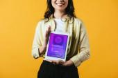 körülvágott kilátás lány bemutató digitális tabletta vásárlási app, elszigetelt sárga
