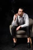 komoly ember a dohányzás szivar ülve fotel fekete