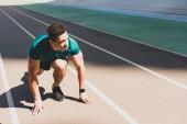 sportovní sportovec na startu rozmírače na stadionu
